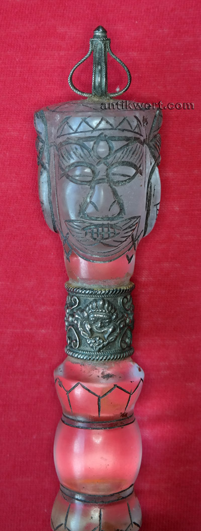 details der aus bergkristall geschnittenen gesichter des vajrakila beziehungsweise dorje phurba
