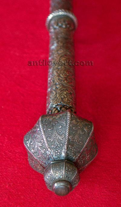 detailansicht des knaufes mit seinen kunstvoll verarbeiteten silberauflagen