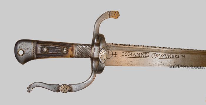 klinge mit saegeruecken und gravur auf jagd-schwert-705