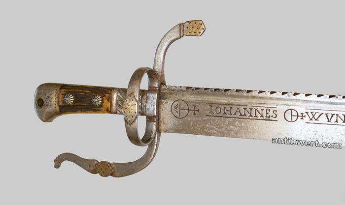 eisernes gefaess mit messingzierelementen und eisengeschnitenem drachenkopf am griffbuegelende von jagd-schwert-705